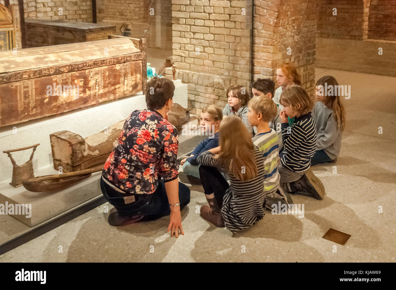 Educating kids at Neues Museum - Stock Image