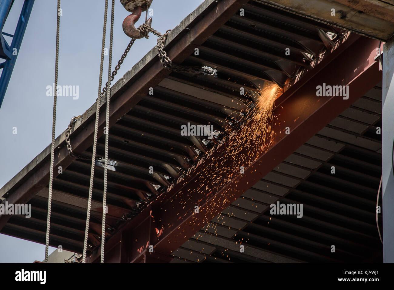 Grinding metal iron at Construction. Cortando metal hierro en construcción. photo by: Roberto Carlos Sánchez - Stock Image