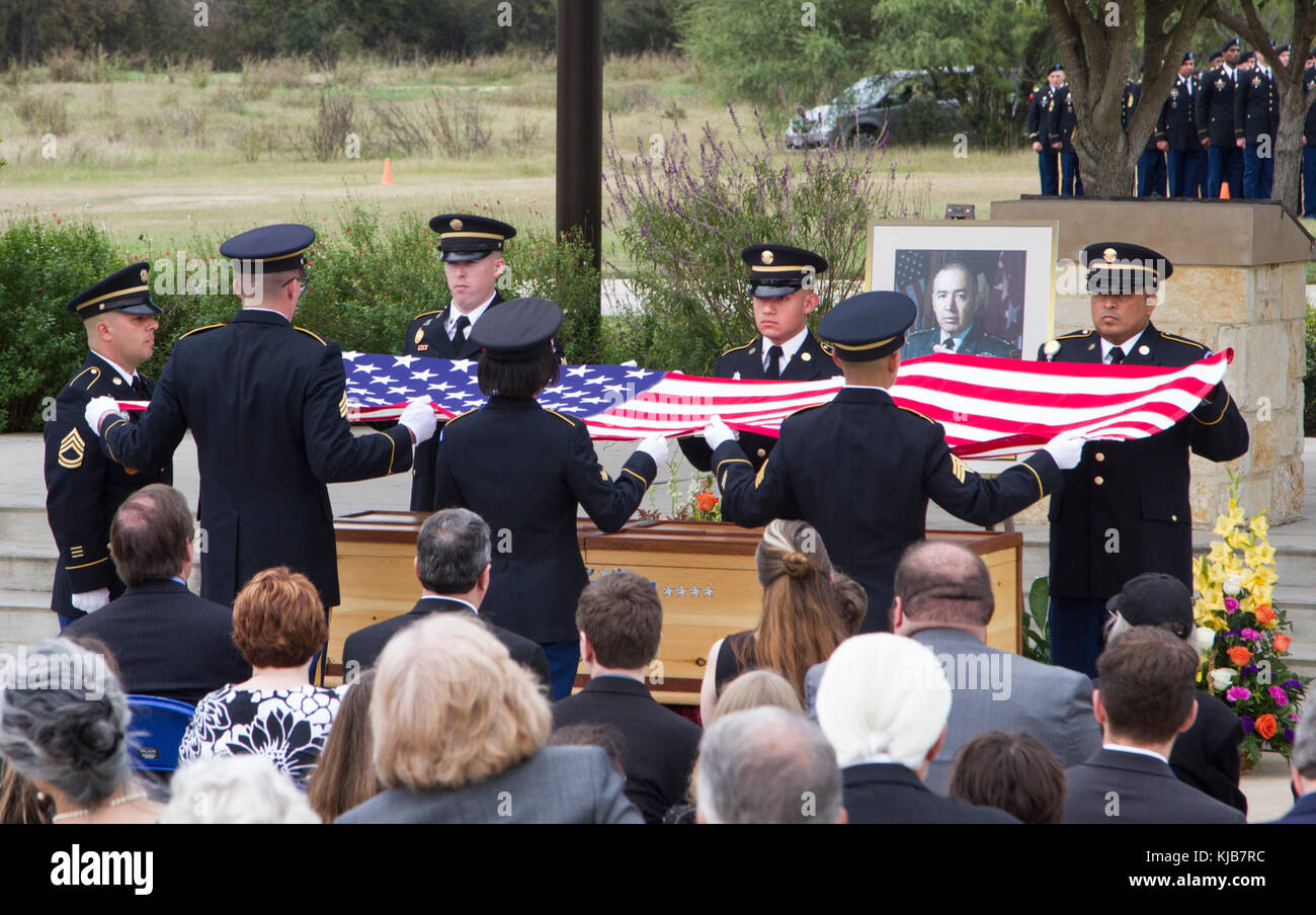 JOINT BASE SAN ANTONIO, Texas — Soldiers from the Military Funeral Honors Caisson Detachment here prepare to drape - Stock Image