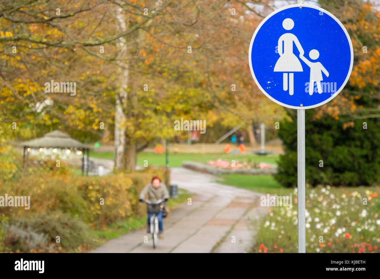 Schild Fußgängerzone mit Fahrradfahrer Stock Photo