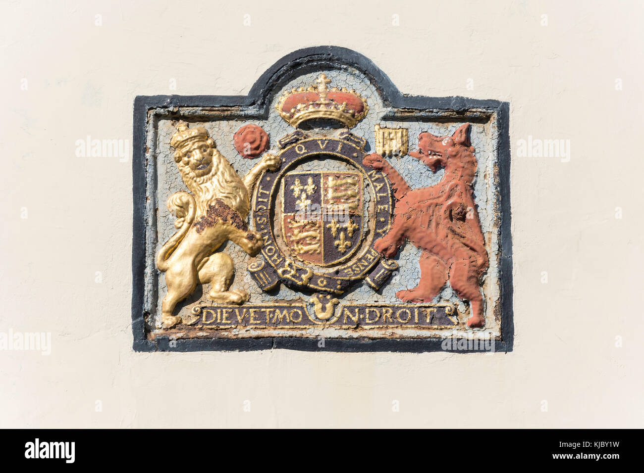Historic plaque royal coat of arms of Elizabeth I (1558 – 1603) on exterior of The Kings Arms, Strand Street, - Stock Image