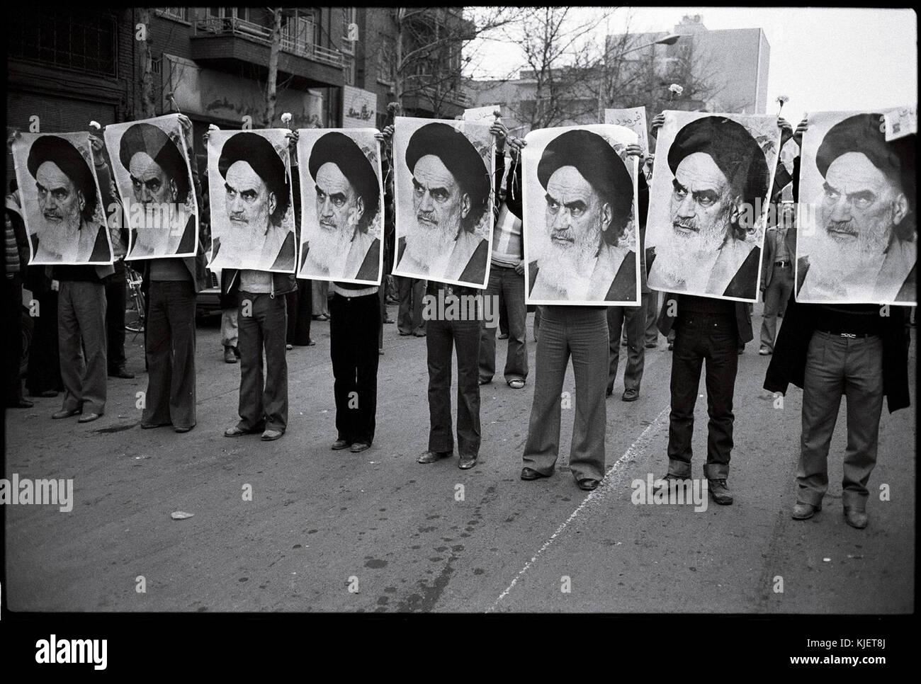 1978 Iranian revolution   row of men holding khomeini's photos - Stock Image