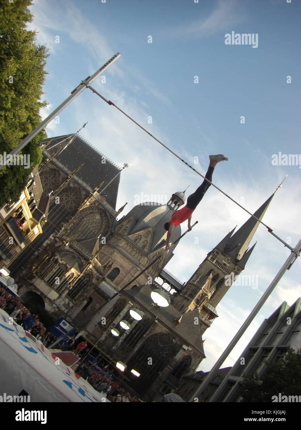 Aachen, Germany - September 2, 2009: NetAachen Domspringen, Pole vaulter in front of Aachen Cathedral - Stock Image
