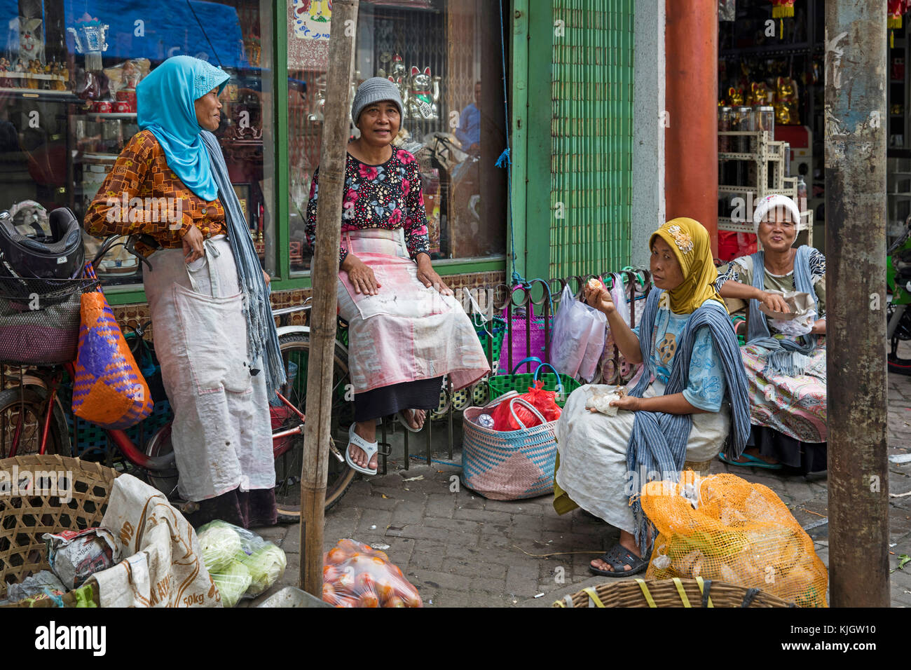 Javanese women chatting at market in Chinatown / Kampung Pecinan Semawis of the city Semarang, Central Java, Indonesia - Stock Image