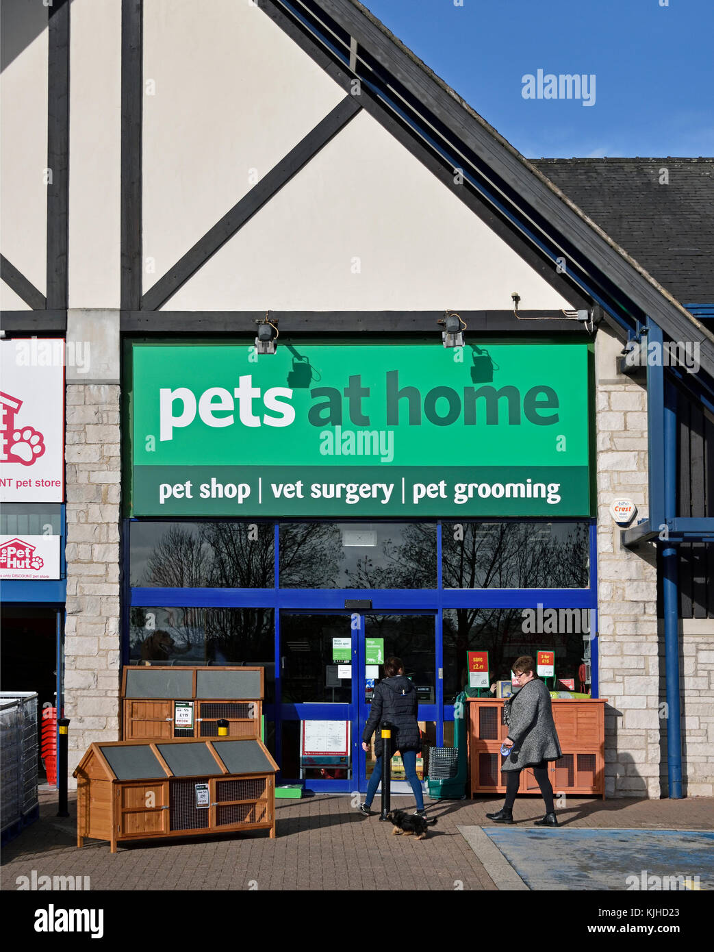 Customers with small dog at Pets at Home Store. The Old Showground, Kendal, Cumbria, England, United Kingdom, Europe. - Stock Image