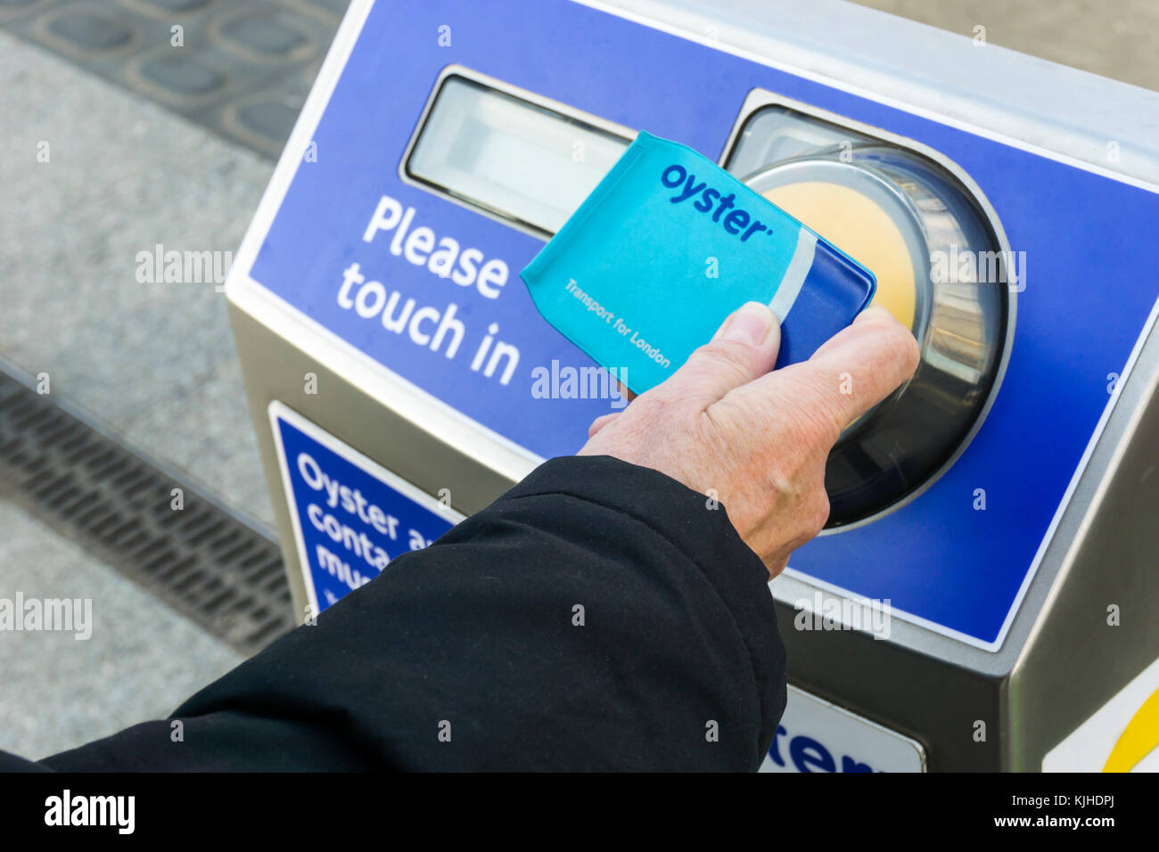 Passenger using a contactless Oyster card to pay the fare on London's public transport system - Stock Image