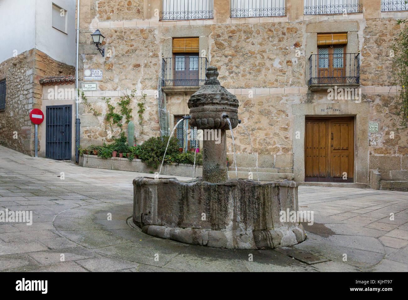 Fuente de los cuatro caños, fountain in the middle of a quiet lonely square in Garganata la Olla, Extremadura - Stock Image