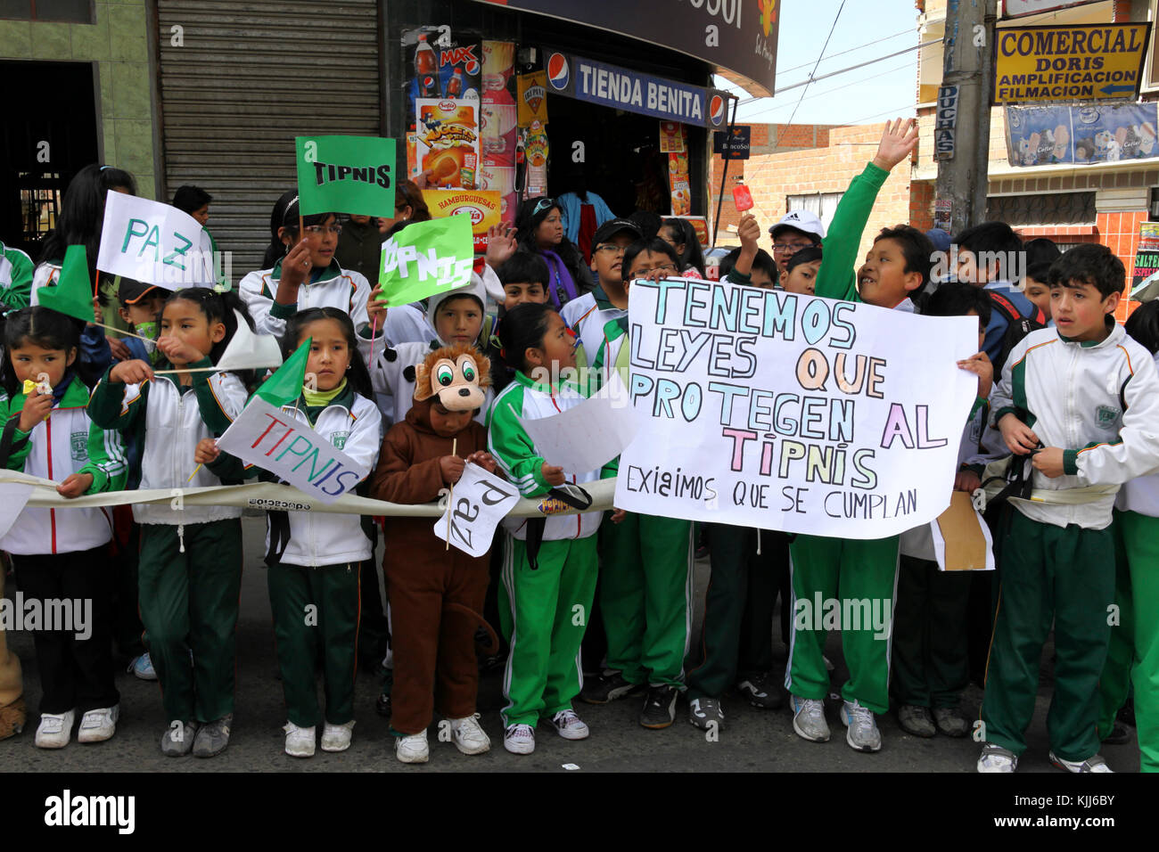 Schoolchildren welcome the VIII March in Defence of the TIPNIS (which left Trinidad on 15 August 2011) as it arrives - Stock Image
