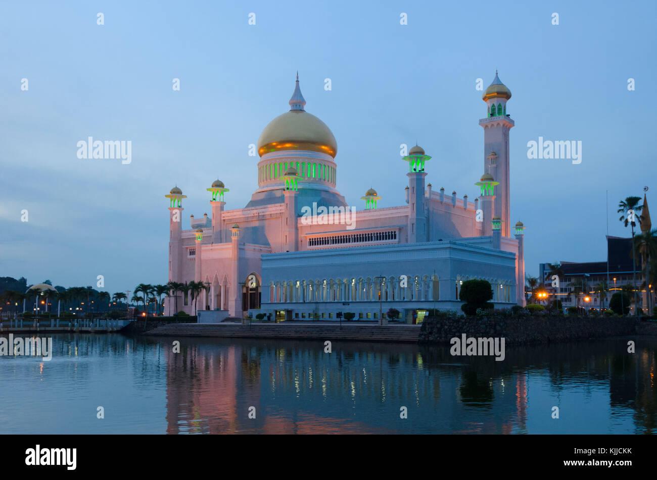 Omar Ali Saifuddien Mosque dominates the small city centre of Brunei's capital, Bandar Sri Begawan, on Borneo - Stock Image