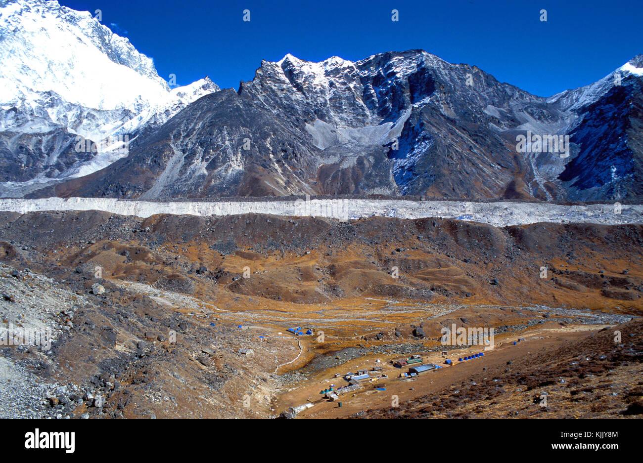 Trekking paths leading to Everest base camp. Lobuche village and Ngozumpa glacier. Solu Khumbu. Nepal. - Stock Image