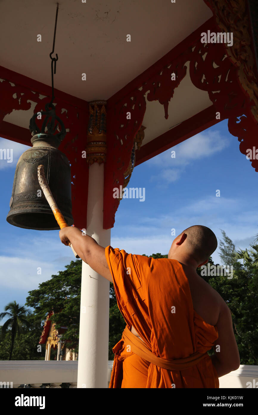 Monk beating the bell in Wat Sai Yoi, Hua Hin. Thailand. - Stock Image