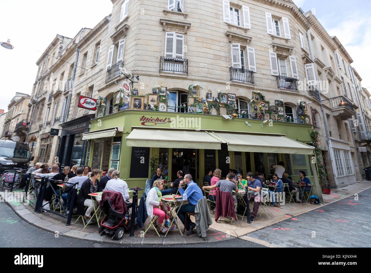 People outside in the terrace of Michel´s Bistrot in Bordeaux,  Gironde department, France. - Stock Image