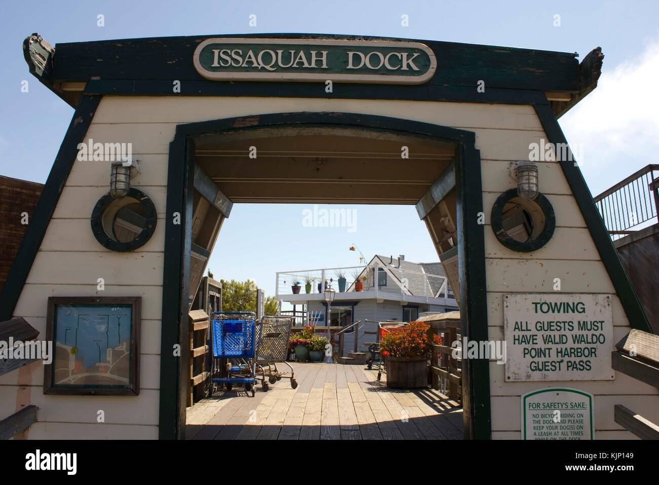 SAN FRANCISCO, USA - AUG 11 2013: Entrance gate of Issaquah dock on Sausalito houseboats, in the San Francisco Bay - Stock Image