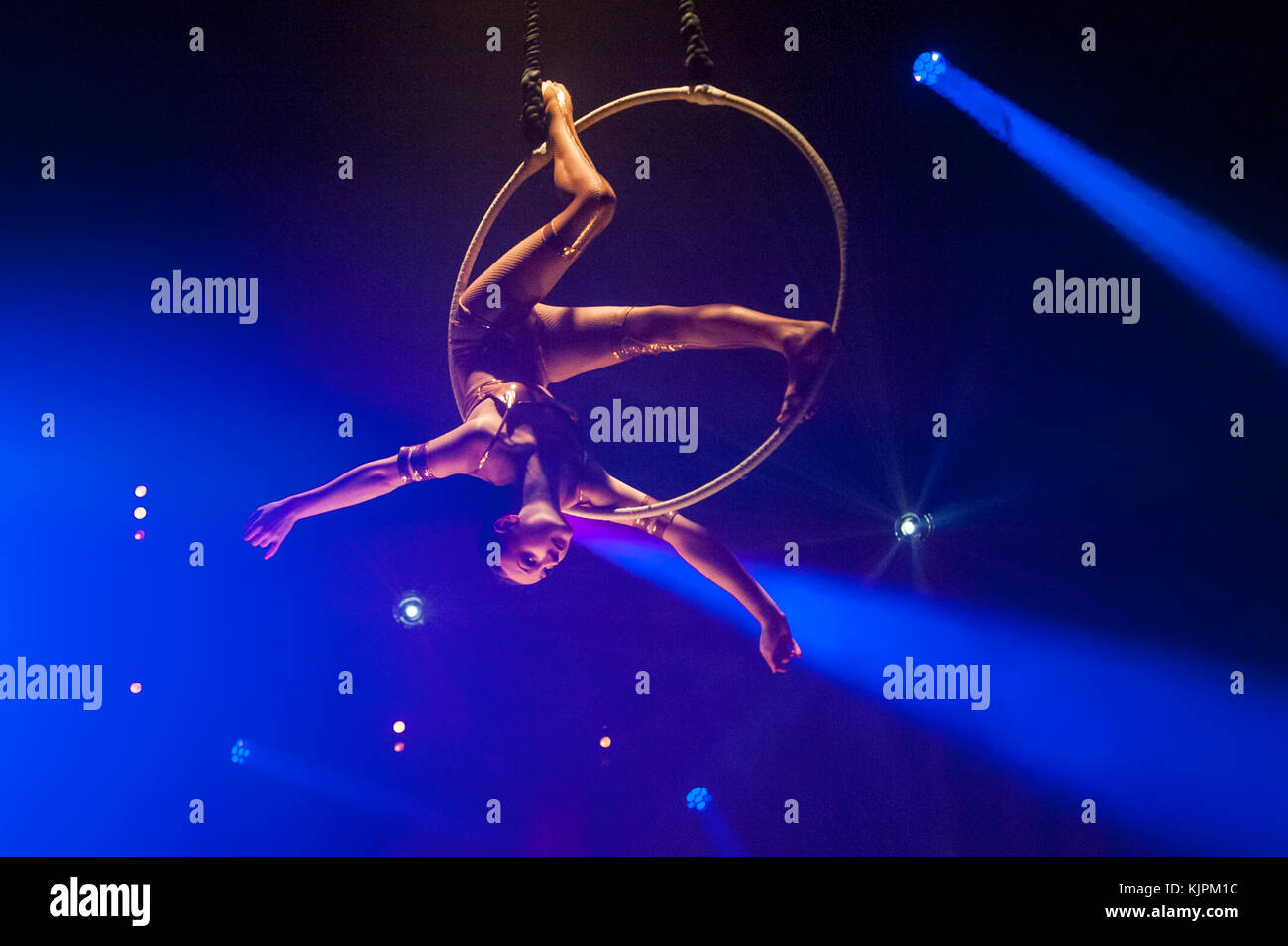 London, UK.  27 November 2017. Lea Hinz performs on the arial hoop.  Photocall for a preview of 'La Soirée' - Stock Image