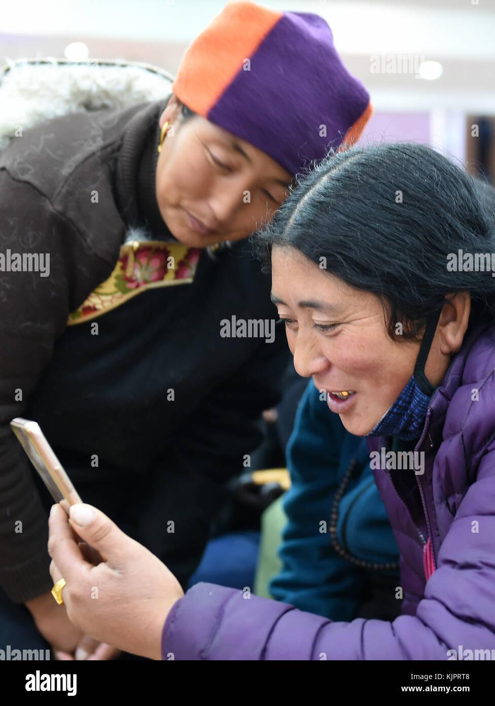 Nagqu, China's Tibet Autonomous Region. 29th Nov, 2017. Passengers from northwest China's Qinghai Province - Stock Image