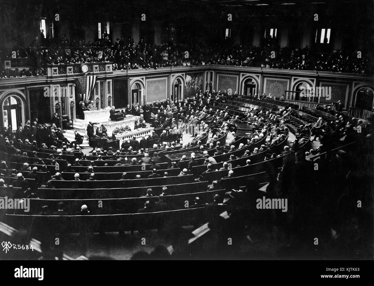 US PRESIDENT WILSON reads the terms of the Armistice to Congress on 1 January 1918 - Stock Image