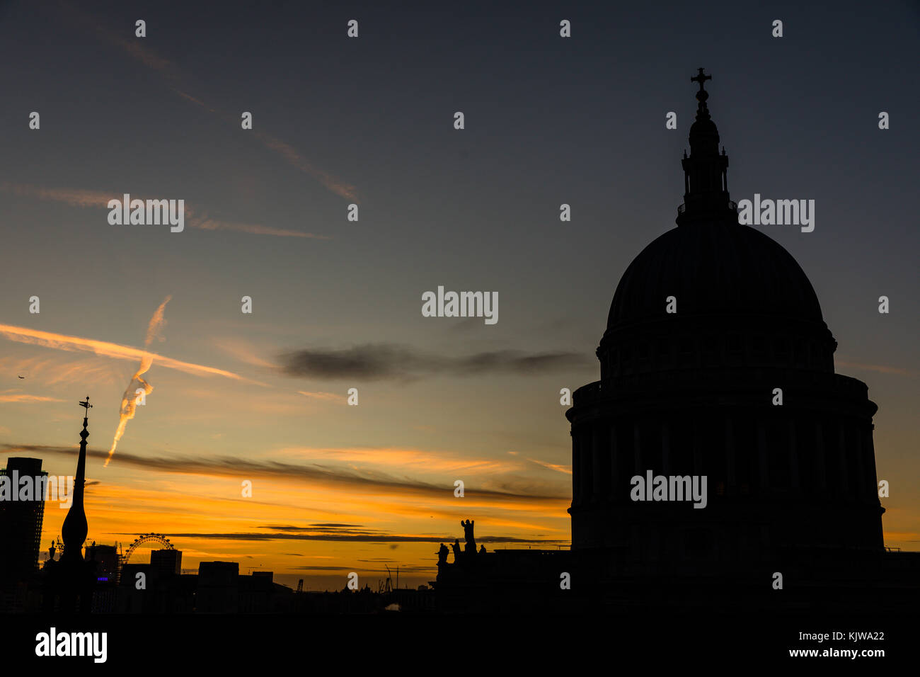 London, UK. 26th November, 2017. UK weather.  Beautiful sunset on a cold, sunny winter day. View of St Paul's - Stock Image