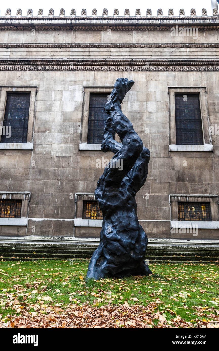 Alien, a 6-meter-tall bronze sculpture by David Breuer-Weil and now installed in the church gardens at Saint Pancras - Stock Image