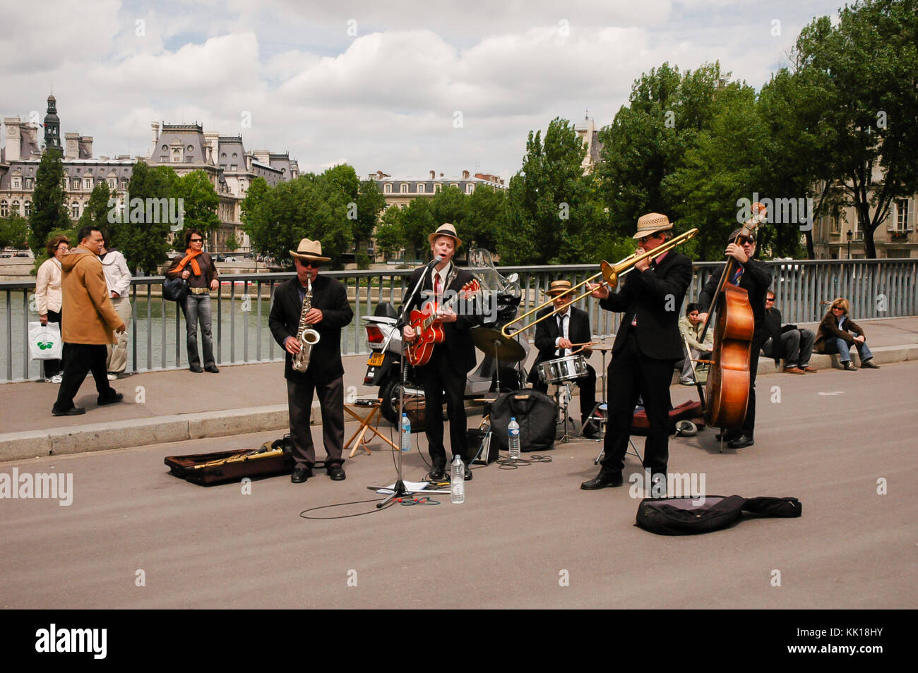 Jazz band entertains tourists on the The pont Saint-Louis bridge across the River Seine beside Notre-Dame Cathedral - Stock Image