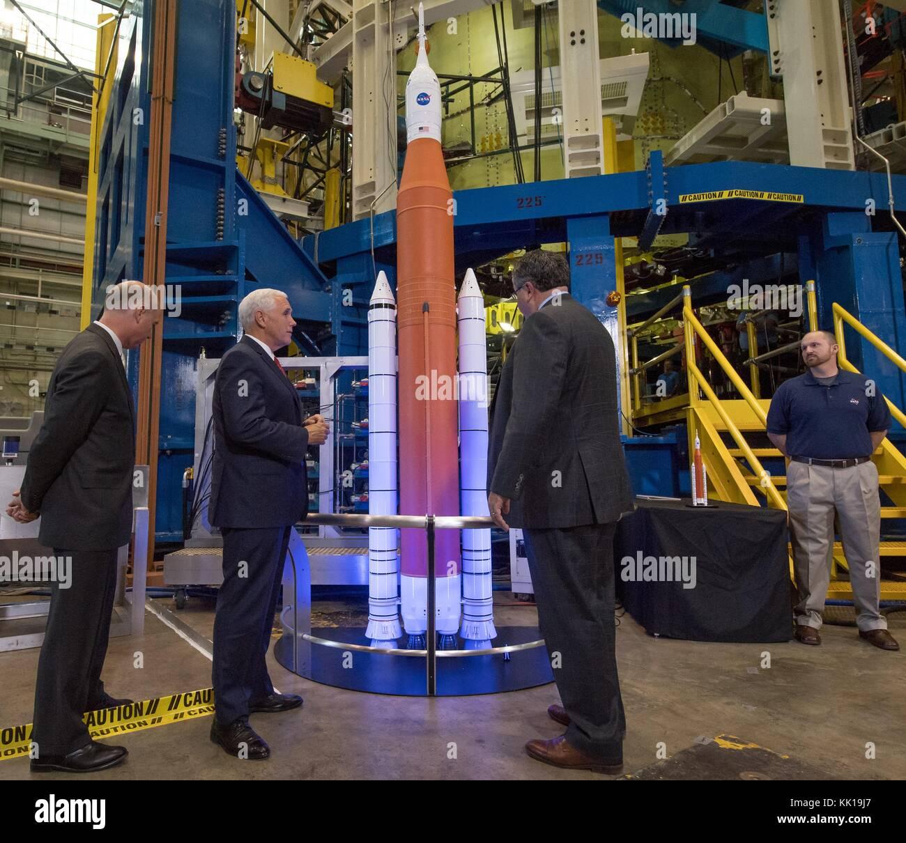 NASA Marshall Space Flight Center Director Todd May (right) gives U.S. Alabama Representative Robert Aderholt (left) - Stock Image