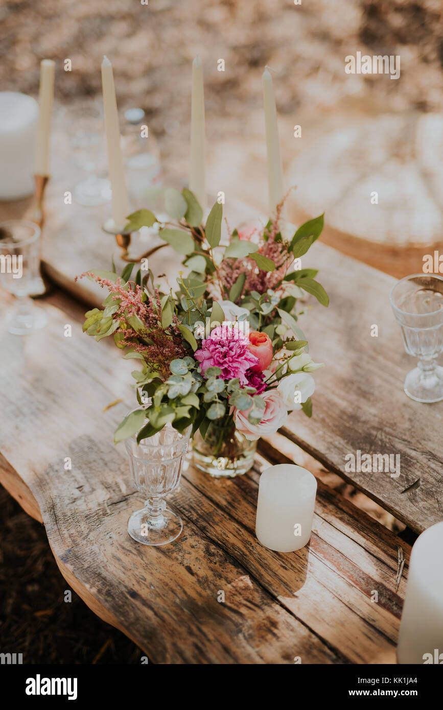 Wedding decorations on old wooden table - Stock Image