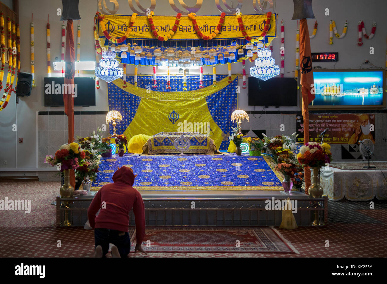 A single worshiper at the Baba Makhan Shah Lobana Sikh Center on 101 Avenue in Richmond Hill, Queens, New York City - Stock Image