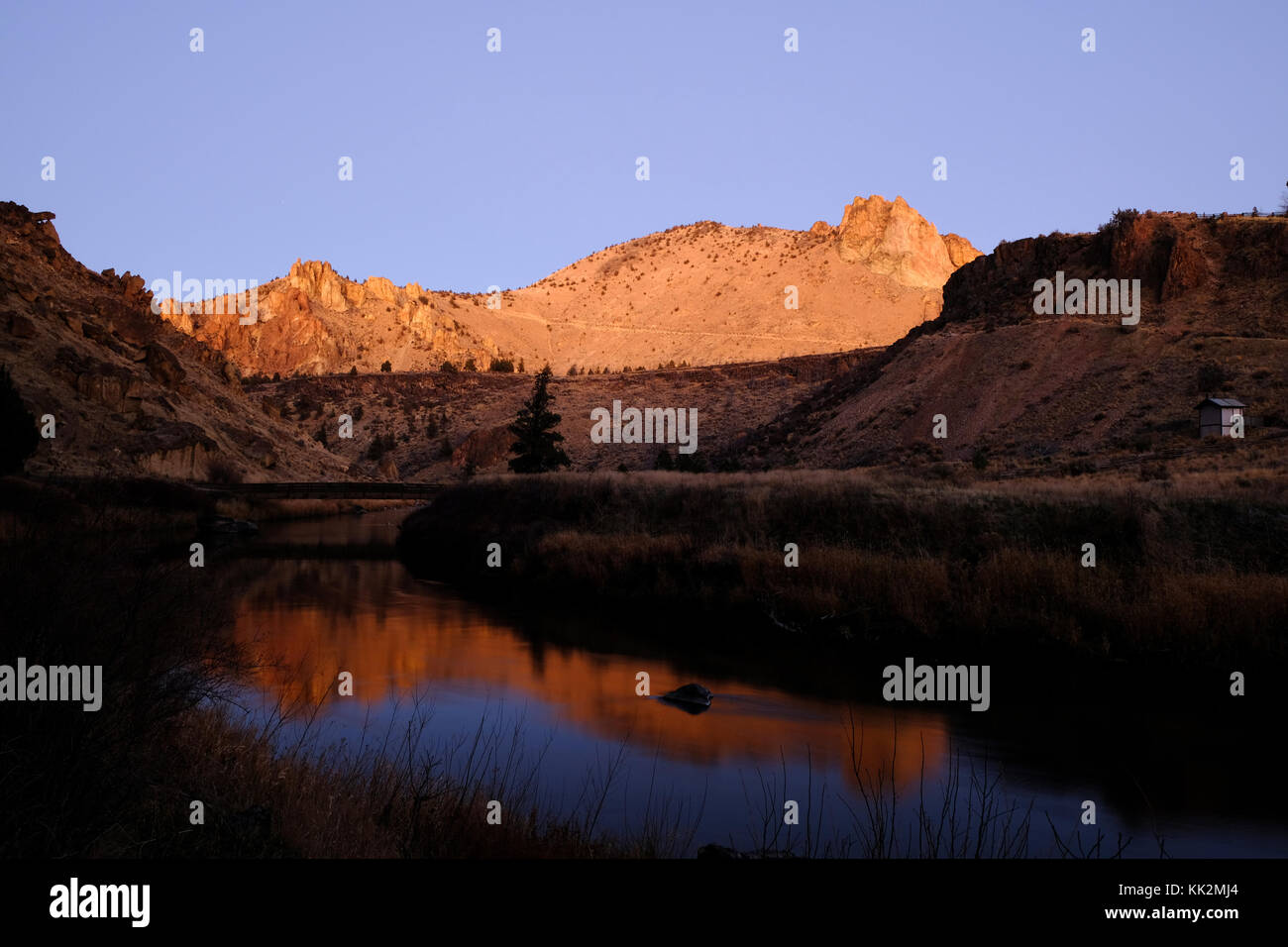 Smith Rock State Park, Oregon, USA, 27th November, 2017. Clear skies and sunset with rocks reflected in calm waters - Stock Image