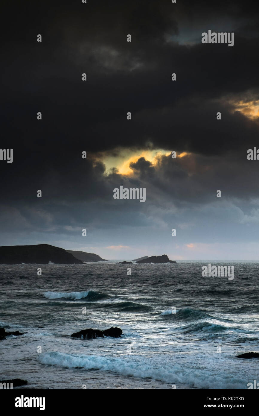 Newquay, UK. 28th Nov, 2017. East Pentire Headland, Newquay, Cornwall. 28th November, 2017. UK weather. As the sun - Stock Image