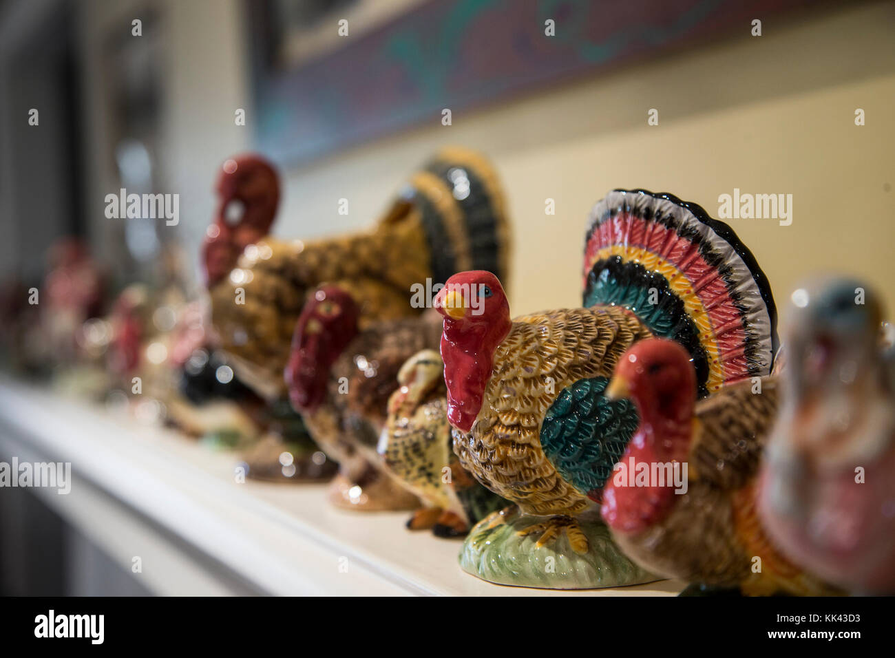 Ceramic turkeys on a mantle during Thanksgiving - Stock Image