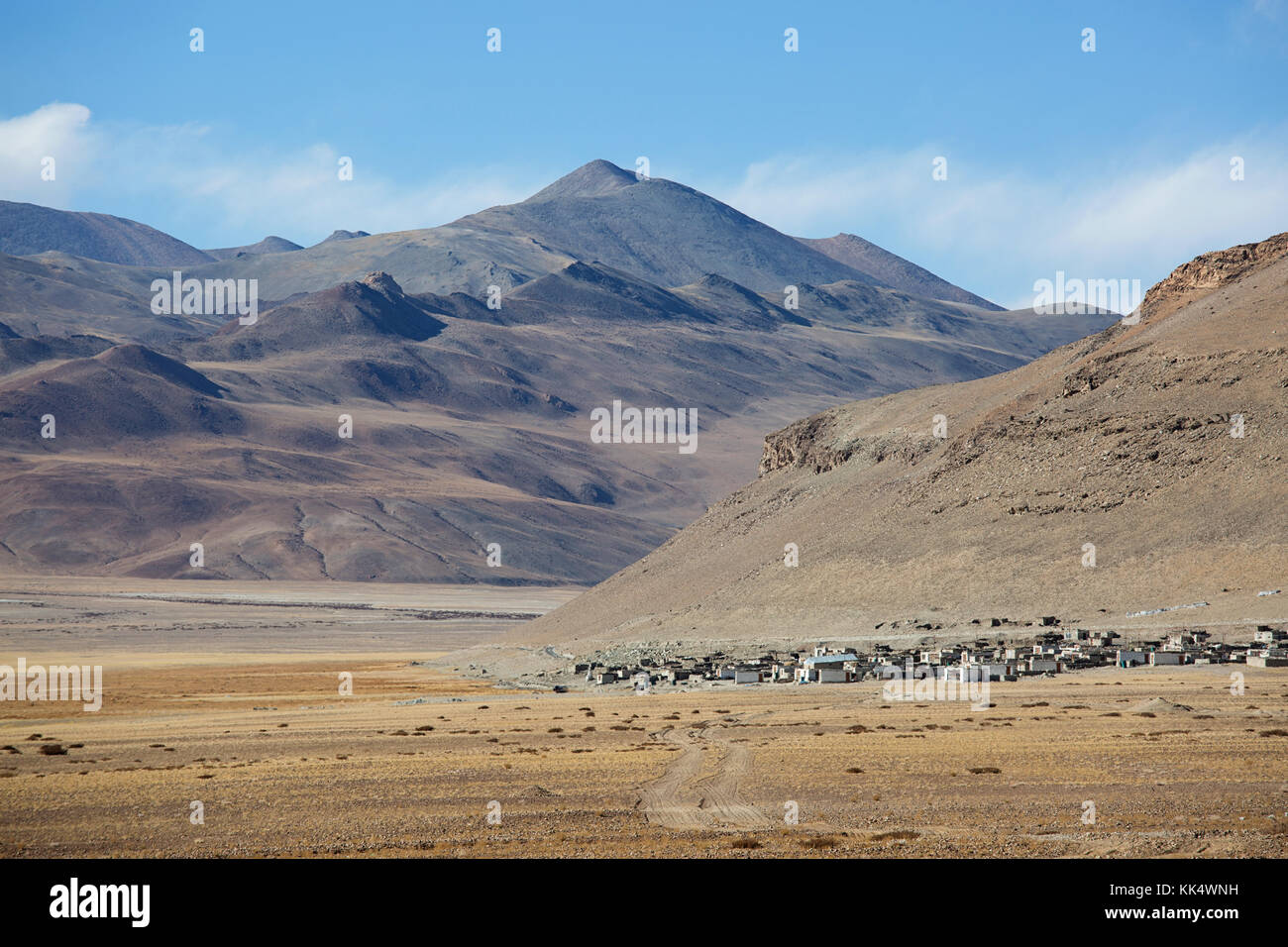 Village in the barren landscape on a clear autumn day at a fluctuating salt lake Tso Kar, Ladakh, India - Stock Image