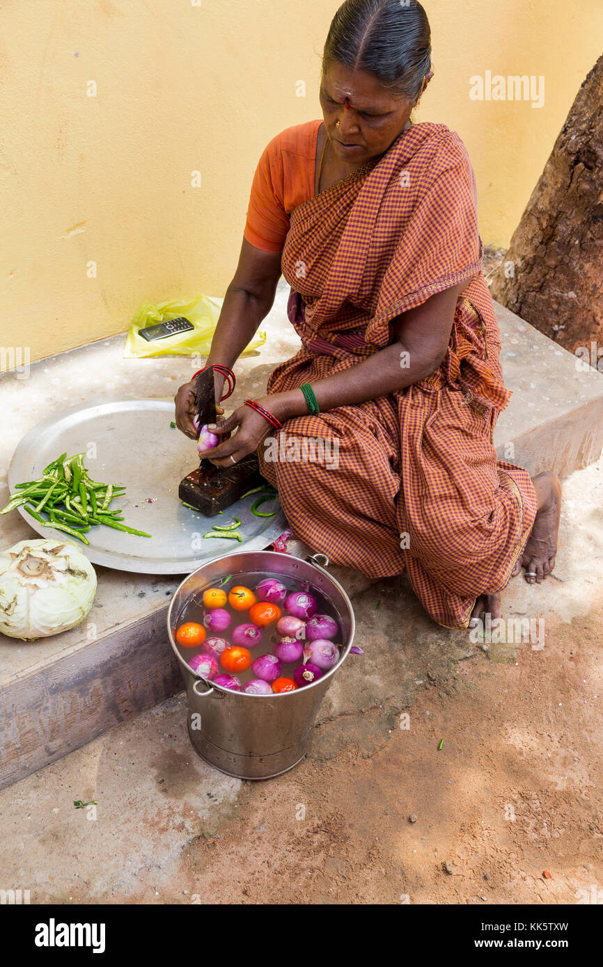 PONDICHERY, PUDUCHERY, INDIA - SEPTEMBER 04, 2017. An unidentified Indian woman cooker in the street, cutting vegetables Stock Photo