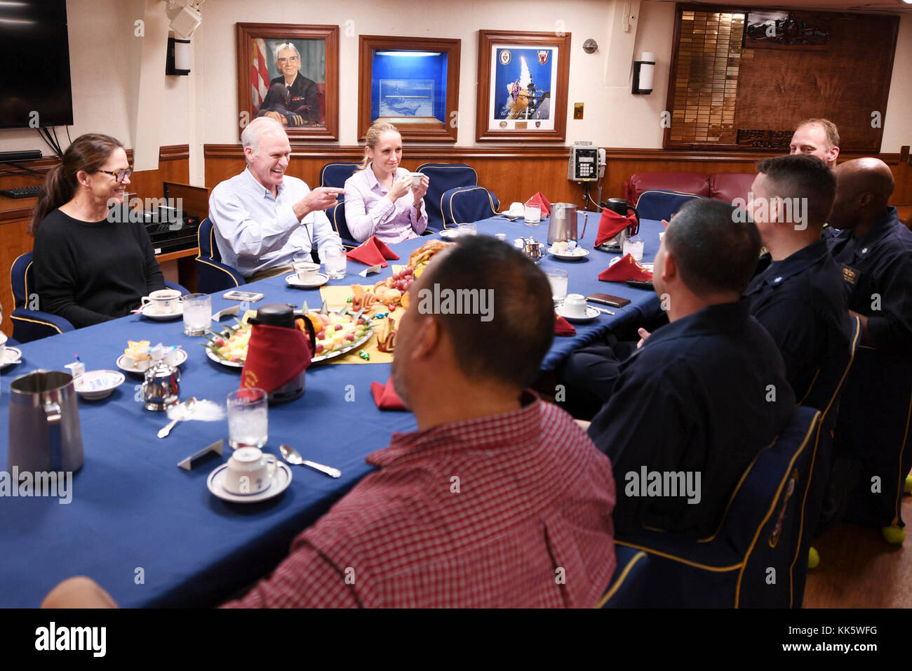 ARABIAN GULF (Nov. 23, 2017) Secretary of the Navy Richard V. Spencer speaks with command leadership in the wardroom - Stock Image