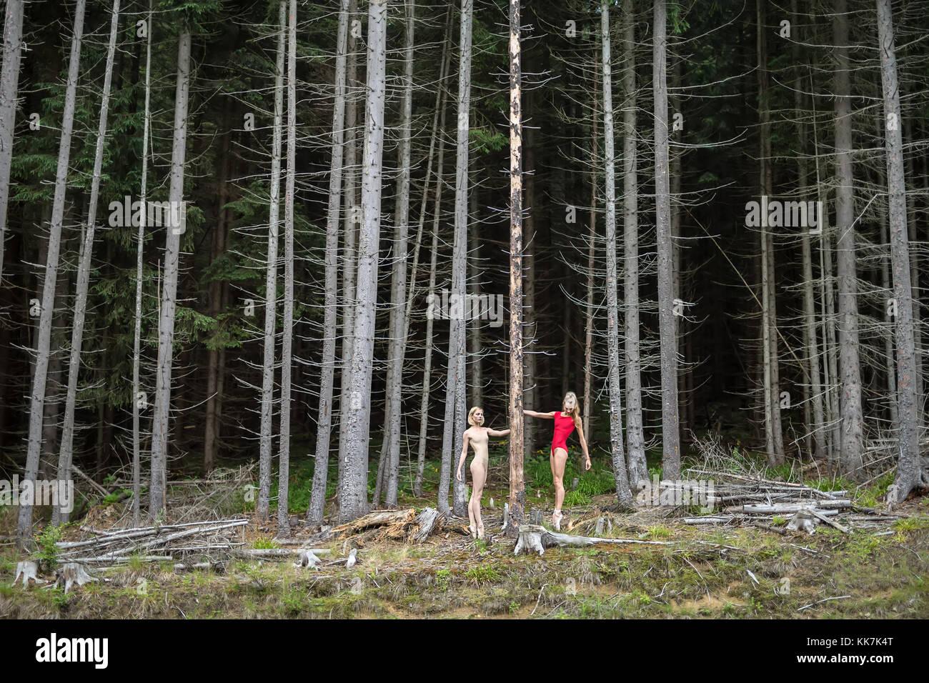 Ballet dancers posing outdoors - Stock Image
