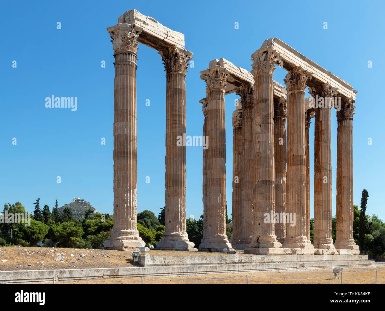 The Temple of Olympian Zeus (Olympeion) with Mount Lycabettus (Lykavittos Hill) in the background, Athens, Greece - Stock Image