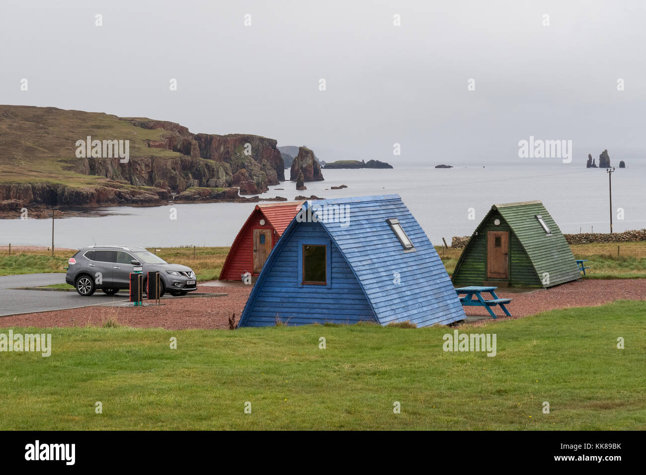 Wooden wigwams overlooking Braewick Bay at Braewick cafe campsite, Eshaness, Shetland, Scotland - Stock Image