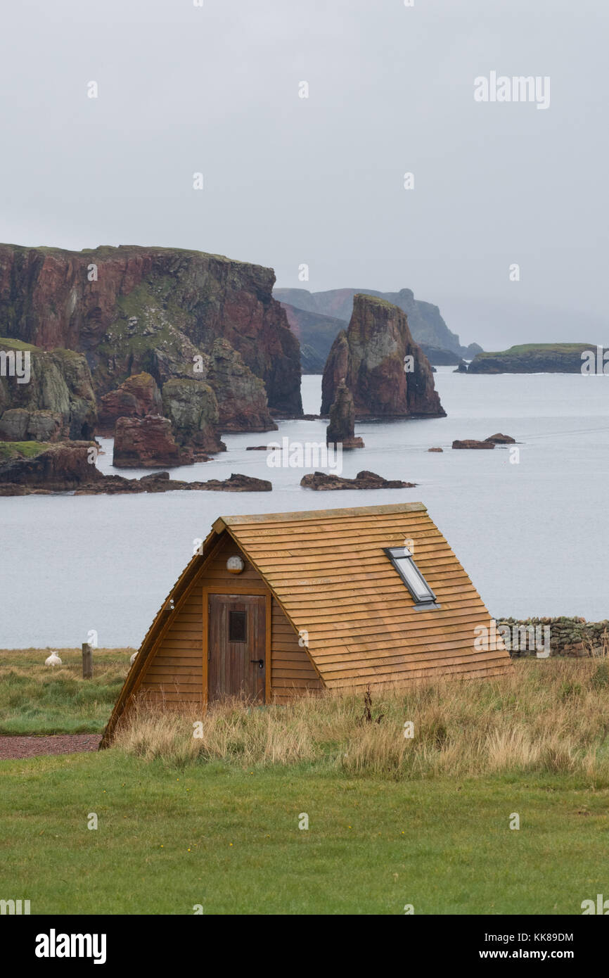 Wooden wigwam overlooking Braewick Bay at Braewick cafe campsite, Eshaness, Shetland, Scotland - Stock Image