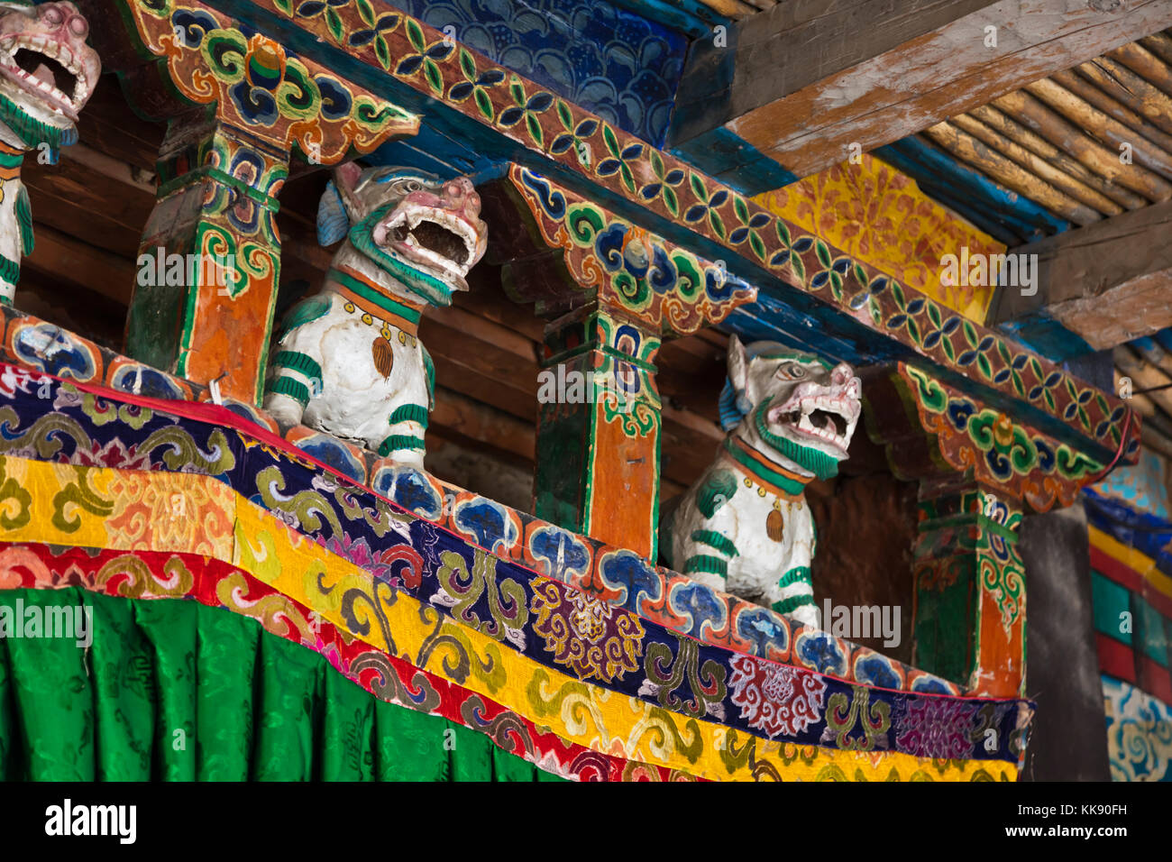 SNOW LIONS guard the entrance to a Buddhist chapel at the RANGDUM MONASTERY - ZANSKAR, LADAKH, INDIA - Stock Image