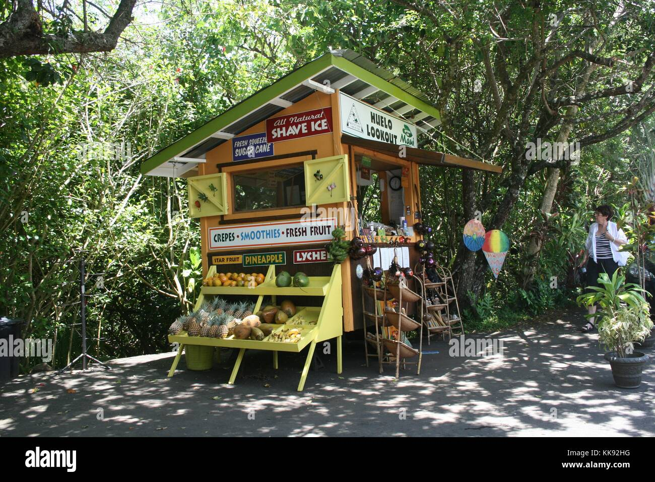 A photograph of the Huelo Lookout Fruit Stand on the road to Hana, fresh produce can be seen displayed for sale Stock Photo