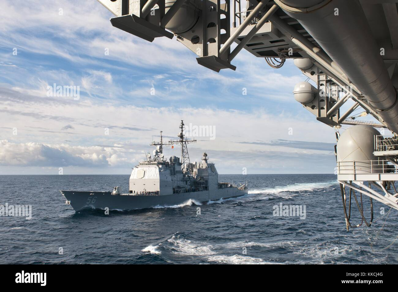 The guided-missile cruiser USS San Jacinto CG 56 approaches the amphibious assault ship USS Kearsarge LHD 3 for - Stock Image