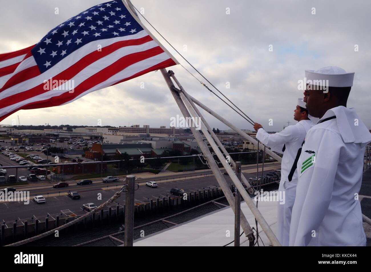 Aviation Boatswain's Mate Handling Airman Jackie L Chess, right, salutes as Aviation Boatswain's Mate Handling - Stock Image