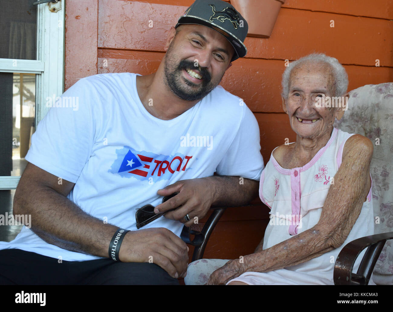 Hector Martinez, Waterford Regional firefighter in Michigan and 109-year-old Elsa Maldonado from Salinas, Puerto - Stock Image