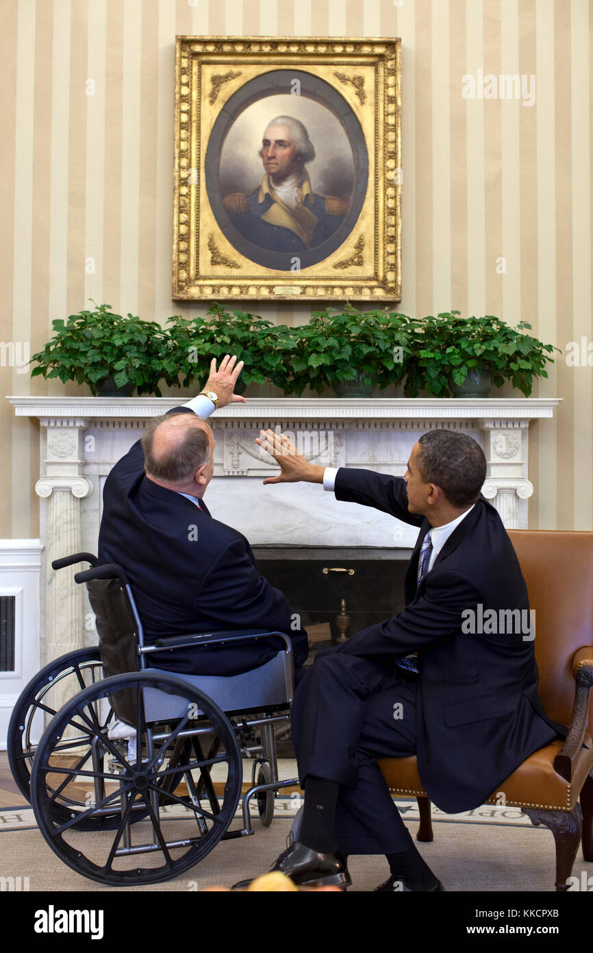 President Barack Obama meets with Max Cleland, former Senator and current Secretary of the American Battle Monuments - Stock Image