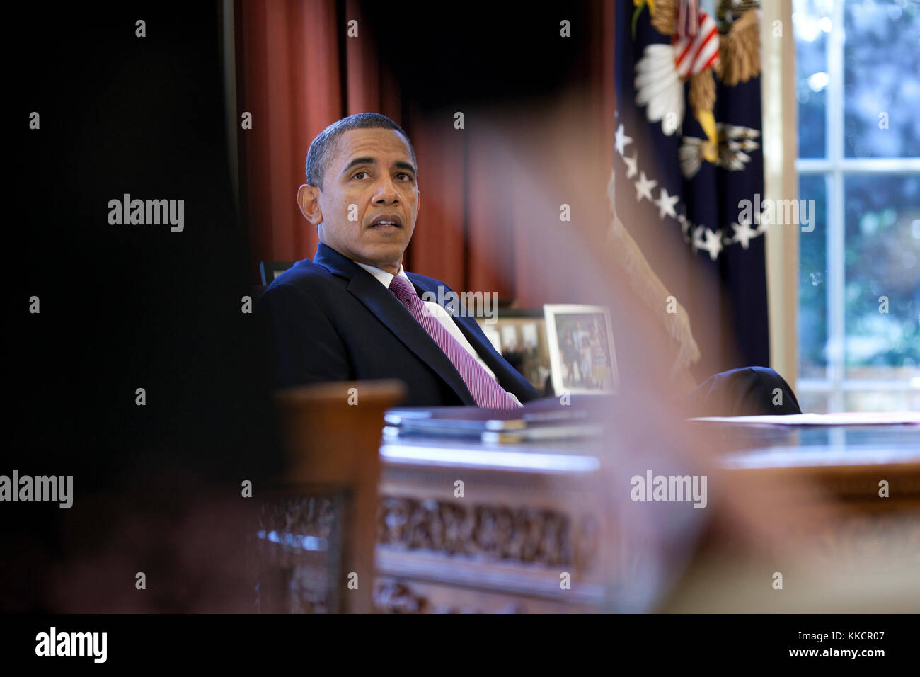 President Barack Obama talks with White House Counsel Kathryn Ruemmler in the Oval Office, Jan. 18, 2012. - Stock Image
