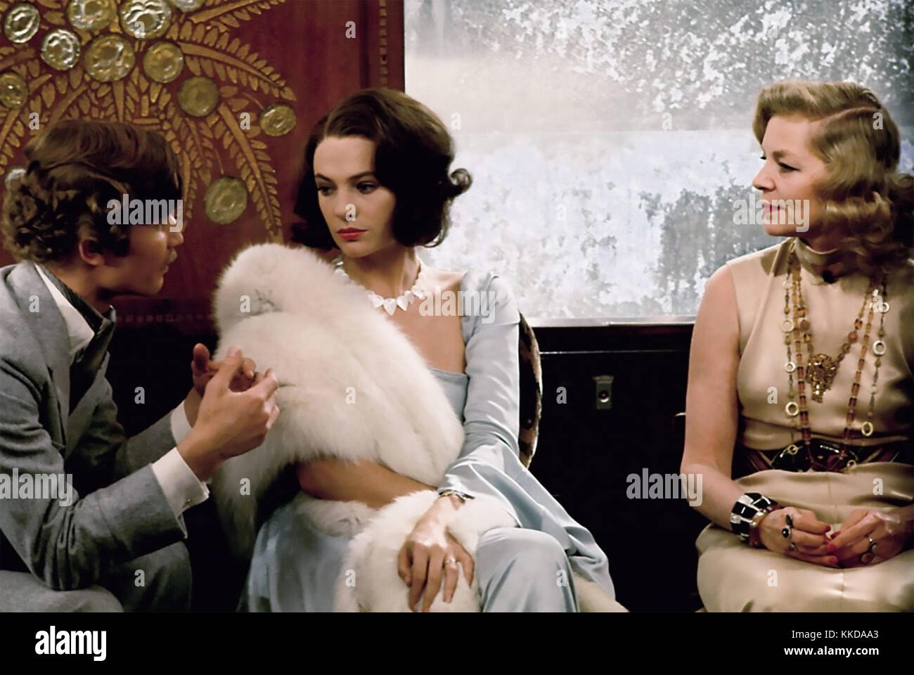MURDER ON THE ORIENT EXPRESS 1974 EMI Films production with from left: Michael York (Count Andrenyl) Jacqueline - Stock Image