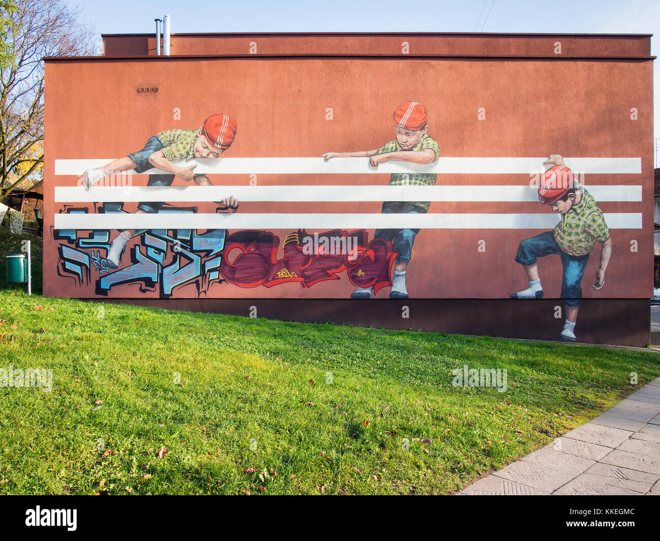 Armonía sofá tal vez  Kids are playing with adidas stripes mural (Graffiti) in Kaunas Stock Photo  - Alamy