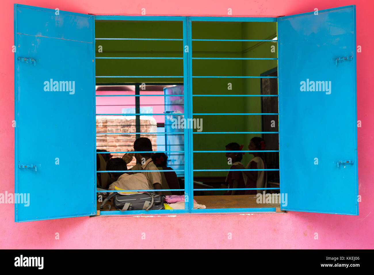 PONDICHERY, PUDUCHERY, INDIA - SEPTEMBER 04, 2017. Pink and blue school with chidren looking out the window Stock Photo