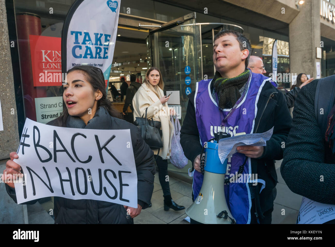 London, UK. 1st December 2015. Students and cleaners protest outside King's College after the college and Servest - Stock Image