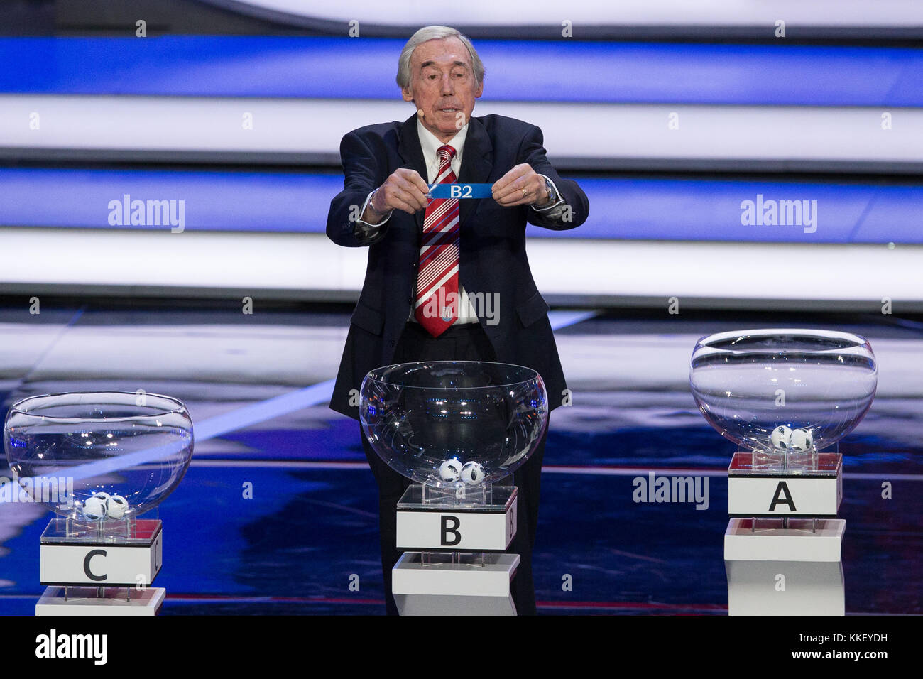 Moscow, Russia. 1st Dec, 2017. England's former goalkeeper Gordon Banks shows the 'B2' slip during the - Stock Image