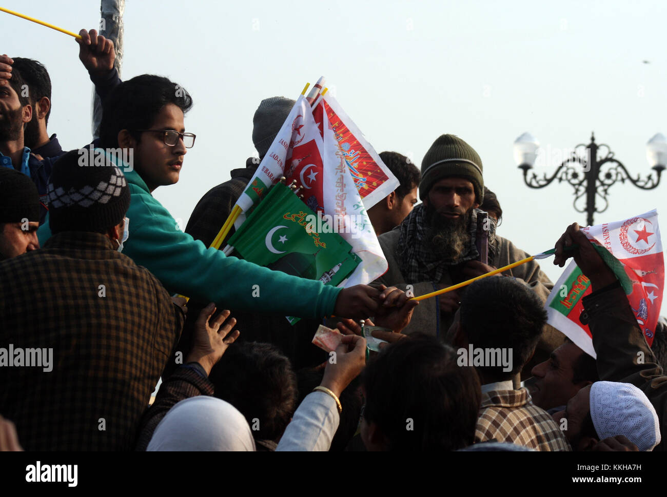 Kashmir. 1st December, 2017. A kashmiri boy selling flags of Prophet Muhammad (SAW out side the shrine.Braving bone - Stock Image