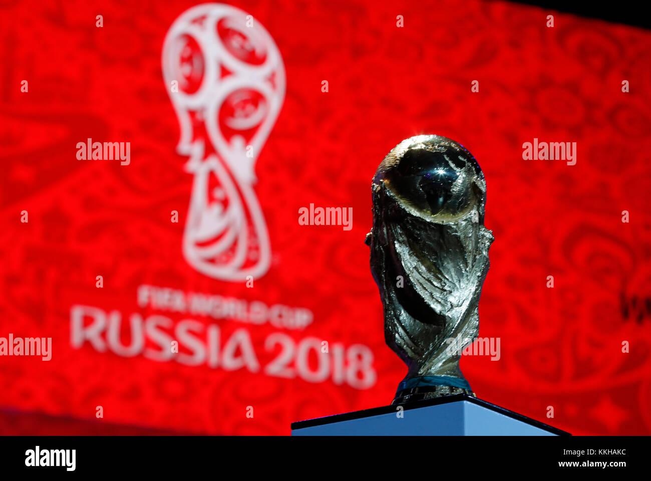 Moskau, Russland. 29th Nov, 2017. Der FIFA- Weltpokal/Trophaee, Trophy vor dem Logo der WM 2018. Fussball: Auslosung zur FIFA- Fussball Weltmeisterschaft 2018 in Moskau, Russland 01.12.2017 - Football, Draw for the FIFA- World Cup 2018, Moscow, December 01, 2017 |usage worldwide Credit: dpa/Alamy Live News Stock Photo